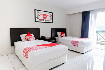 OYO 892 Grand Pujon View Hotel and Resort 1 Malang - Deluxe Twin Room Regular Plan