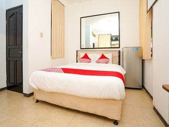 OYO 662 Miracle Homestay Syariah Surabaya - Deluxe Double Room Regular Plan