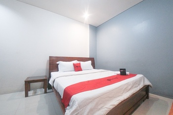 RedDoorz Plus near Green Pramuka Square Mall Jakarta - RedDoorz Room 24 Hours Deal