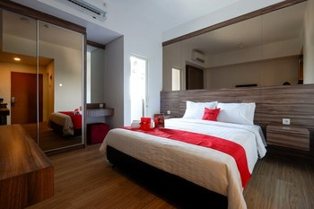 RedDoorz Apartment near Exit Toll Colomadu Solo - RedDoorz Deluxe Room 24 Hours Deal