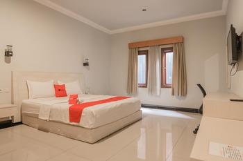 RedDoorz Plus @ Payo Selincah Jambi Jambi - Premium Room Last Minute Deal