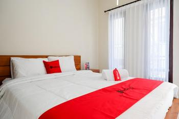 RedDoorz near Mertasari Beach Bali - RedDoorz Room with Breakfast Regular Plan