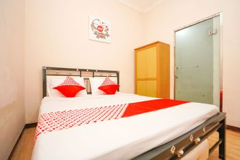 OYO 1112 Nick's Homestay Surabaya - Standard Double Room Regular Plan