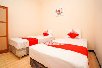 OYO 1112 Nick's Homestay Surabaya - Standard Twin Room Regular Plan