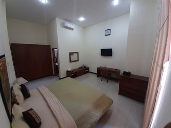 Alloro Guesthouse  Pacitan - Deluxe Room with Bathtub Regular Plan