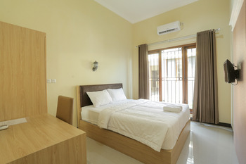 IDR Green Guest House Syariah Solo - Deluxe Room Basic Deal