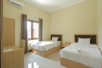 IDR Green Guest House Syariah Solo - Deluxe Twin Room Basic Deal