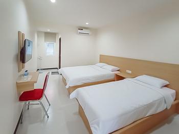 RedDoorz Syariah Plus near Tanjungpura University 2 Pontianak - RedDoorz Twin Room Best Deal