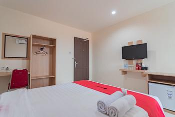 RedDoorz Syariah Plus near Tanjungpura University 2 Pontianak - RedDoorz Room Best Deal