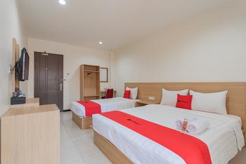 RedDoorz Syariah Plus near Tanjungpura University 2 Pontianak - RedDoorz Family Room Best Deal