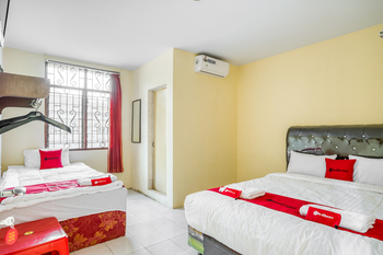 RedDoorz Plus near RSUD Dr. Pirngadi Medan 2 Medan - RedDoorz Family Room Regular Plan
