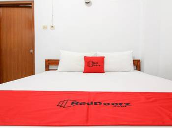 RedDoorz Plus near Alun Alun Selatan Yogyakarta - RedDoorz Room with Breakfast 24 Hours Deal