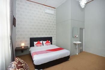 OYO 1303 Golden Inn 2 Yogyakarta - Deluxe Double Room Regular Plan