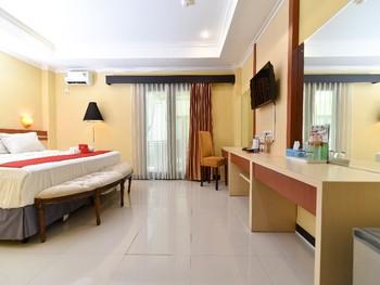 RedDoorz Plus near Mall Bali Galeria 2 Bali - Deluxe Room Basic Deals Promotion