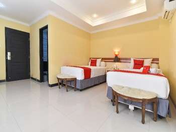 RedDoorz Plus near Mall Bali Galeria 2 Bali - RedDoorz Deluxe Twin Basic Deals Promotion