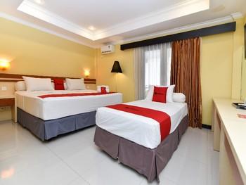 RedDoorz Plus near Mall Bali Galeria 2 Bali - Family Room Basic Deals Promotion
