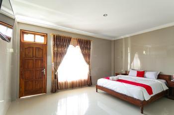 RedDoorz near Parangtritis Beach Yogyakarta - RedDoorz Deluxe Room 24 Hours Deal