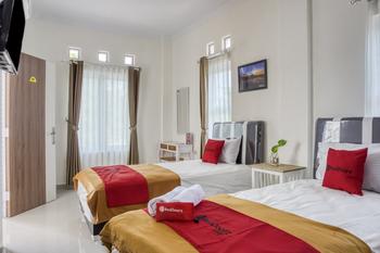RedDoorz Syariah near Taman Pelangi Monjali Yogyakarta - RedDoorz Twin Room 24 Hours Deal