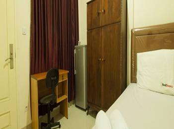 RedDoorz near Taman Puring Jakarta - Reddoorz Room Special Promo Gajian!