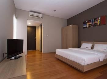 RedDoorz near Lippo Village Jakarta - RedDoorz Room Special Promo Gajian!
