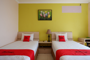 RedDoorz Plus Syariah @ Hotel Boulevard Luwuk Banggai - RedDoorz Suite Twin Room Regular Plan