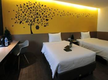 Yellow Bee Hotel Tangerang - Deluxe Room Last Minute