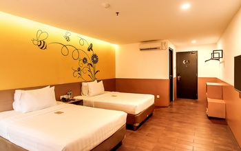 Yellow Bee Tangerang Tangerang - Superior Twin with Two Double Beds Regular Plan