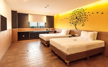 Yellow Bee Tangerang Tangerang - Deluxe Twin with Two Double Beds Regular Plan
