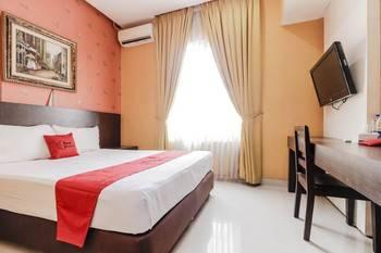 RedDoorz near Pasar Pagi Cirebon Cirebon - RedDoorz Room with Breakfast Regular Plan