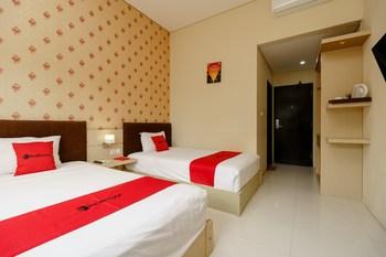 RedDoorz Plus near Sangkareang Park Lombok - RedDoorz Twin Room Basic Deals Promotion