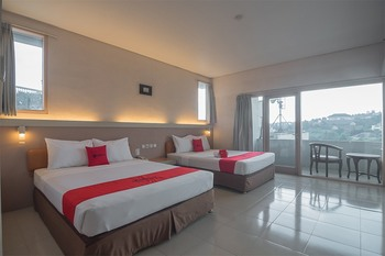 RedDoorz Plus near Kampung Gajah 3 Bandung - RedDoorz Family Room Regular Plan