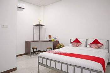 OYO 1306 Cendrawasih Homestay Padang - Deluxe Double Room Regular Plan