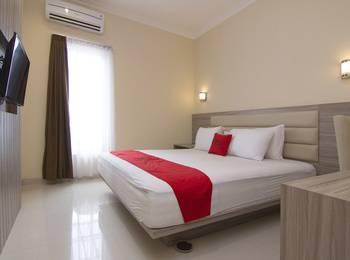 RedDoorz Plus near Universitas Diponegoro Semarang - Family Room Regular Plan