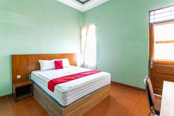 RedDoorz near Puro Mangkunegaran Solo - RedDoorz Deluxe Room LM
