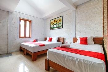 RedDoorz Plus near Pojok Beteng 2 Yogyakarta - RedDoorz Family Room Last Minute Deal