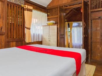 RedDoorz near Kampung Gajah 2 Bandung - RedDoorz Deluxe Room  Pegipegi Special Promotion