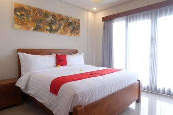 RedDoorz Plus near Canggu Beach Bali - RedDoorz Room Kurma Deal