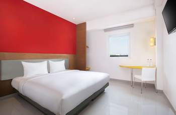 Hotel Amaris Madiun - Smart Room Queen Offer  Last Minute Deal