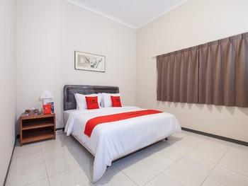 RedDoorz Plus @ Bukit Dieng Malang Malang - RedDoorz Room LMD