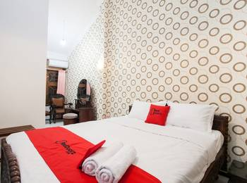 RedDoorz near Brawijaya University Malang - Suite with Breakfast Regular Plan