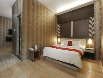 RedDoorz Plus near Bundaran Besar Palangkaraya Palangka Raya - Premium Room Basic Deal Promotion