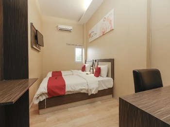 RedDoorz Plus near Bundaran Besar Palangkaraya Palangka Raya - RedDoorz Room Basic Deal Promotion