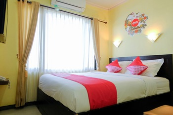 OYO 887 Green Hill Hotel and Convention Center Jember - Standard Double Room Regular Plan