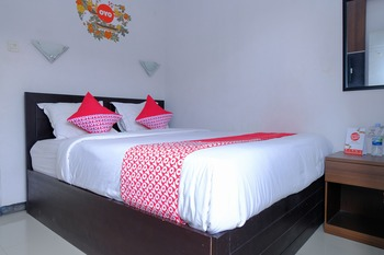 OYO 887 Green Hill Hotel and Convention Center Jember - Suite Family Regular Plan