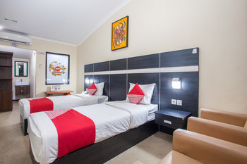 OYO 887 Green Hill Hotel and Convention Center Jember - Suite Twin Regular Plan