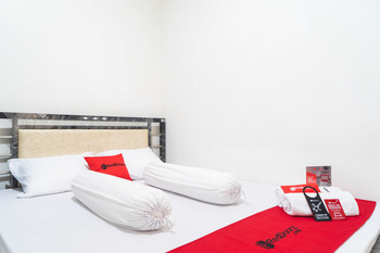 RedDoorz Syariah near Grand Galaxy Park Bekasi - RedDoorz Room KETUPAT