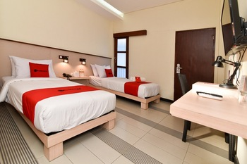 RedDoorz near Legian Street Bali - RedDoorz Deluxe Twin Room with Breakfast Regular Plan