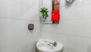 RedDoorz Plus near Trisakti University Jakarta - RedDoorz Room Regular Plan