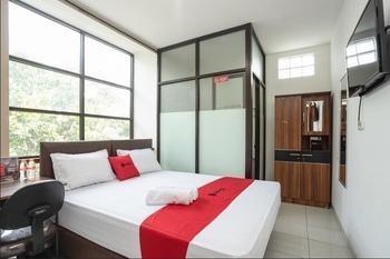 RedDoorz near Eka Hospital BSD City Tangerang Selatan - RedDoorz Room with Breakfast 24 hours deal