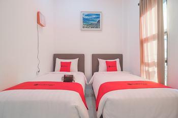 RedDoorz near Jatinangor Town Square Sumedang - RedDoorz Family Room 24 Hours Sale